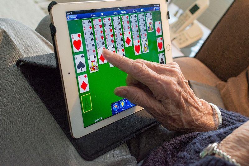 Alfabetizzazione digitale: come avvicinare gli anziani alle tecnologie